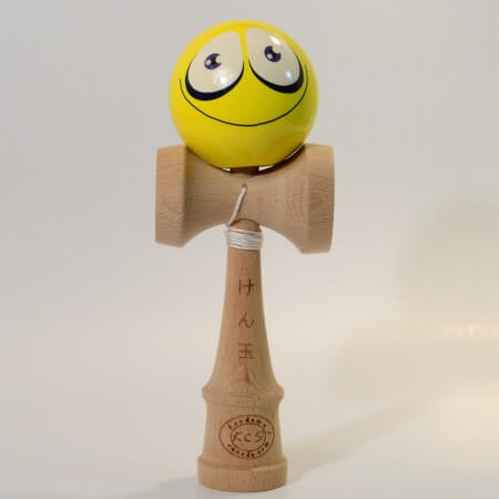 Kendama Canada - Kendama KCS - balle visage Jaune Sourire - Yellow Smiling face kendama - Unique!