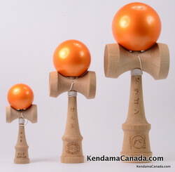 Kendama Canada – Kit de 3 kendamas – Kit Trio 3 formats de 3 kendama oranges métallisés – 3 different sizes metallic orange kendama kit